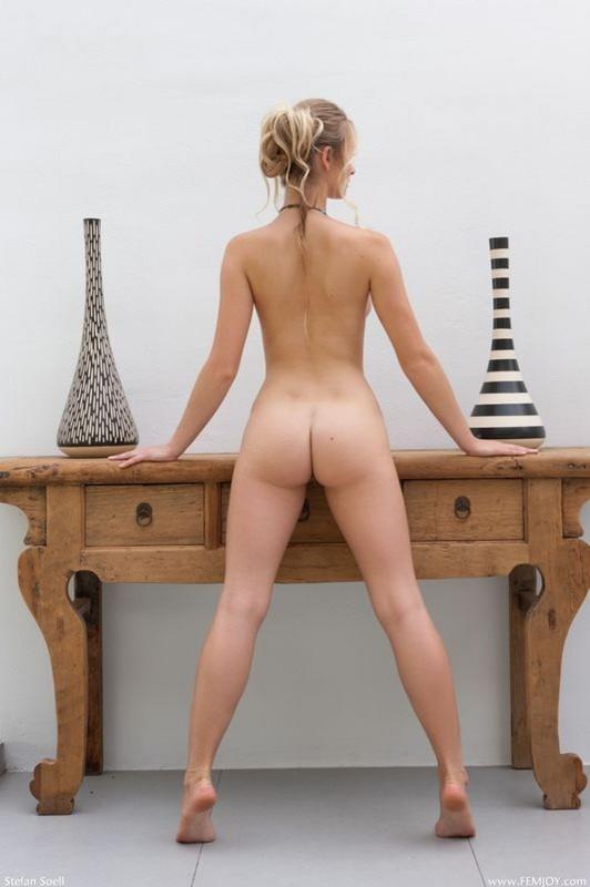 Карина залезла на стол ради фотосета
