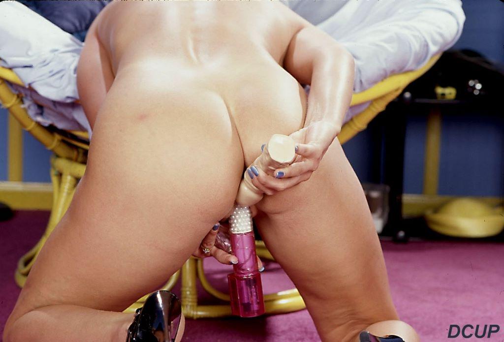 Игривая титястая светловолосая девушка Erin Ashton вставила секс-игрушку в шелковую гладкую пилотку