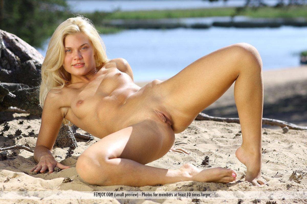 Изумительная блондинка Ollie Nubiles предстает голой