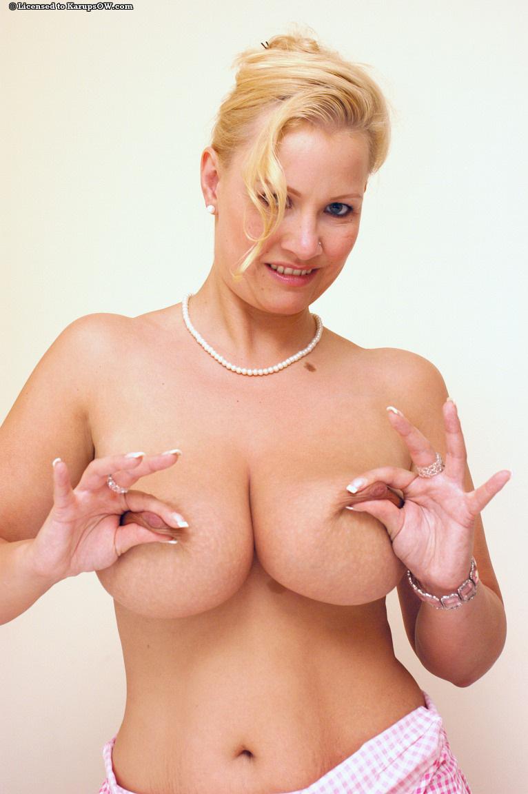 Классная мамочка-блондинка Peggy Sue шалит с массивной грудью и прячет свою щелку