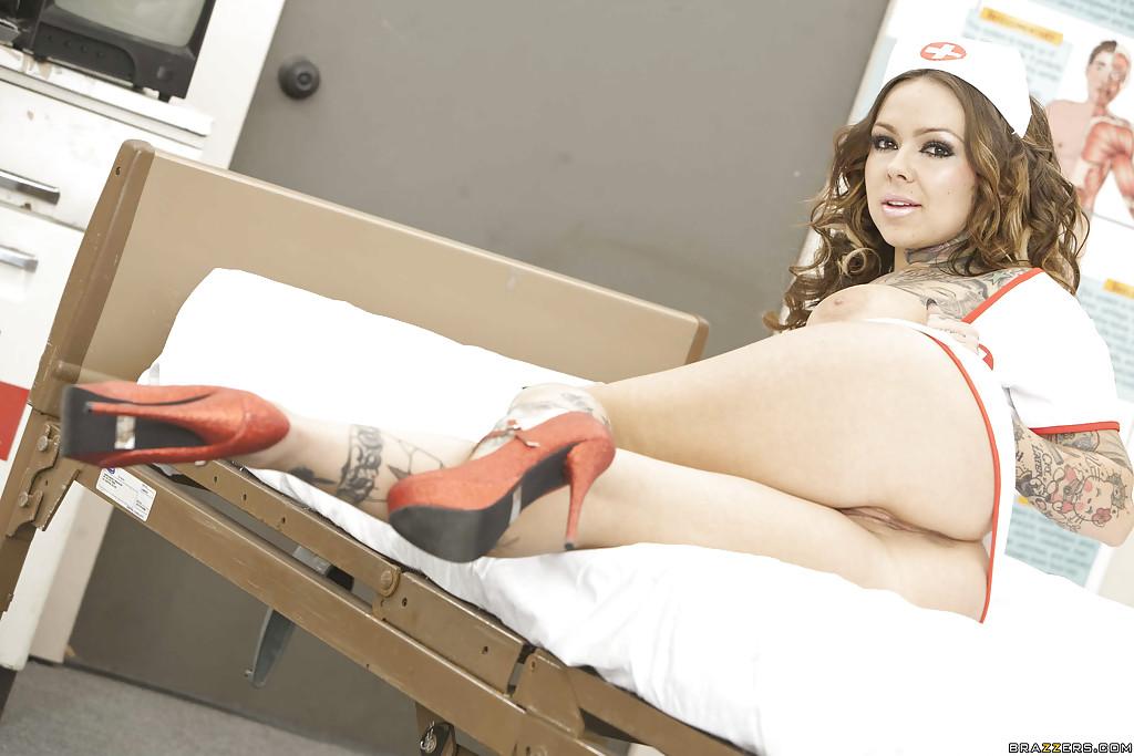 Татуированная медсестричка в кабинете обнажает стриптиз