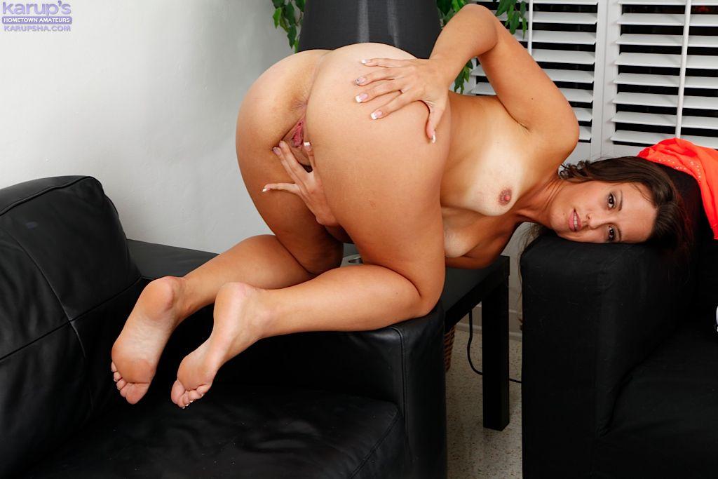Милая темноволосая девка Kelsi Monroe развлекается со своей вульвой, сидя на кожаном софе