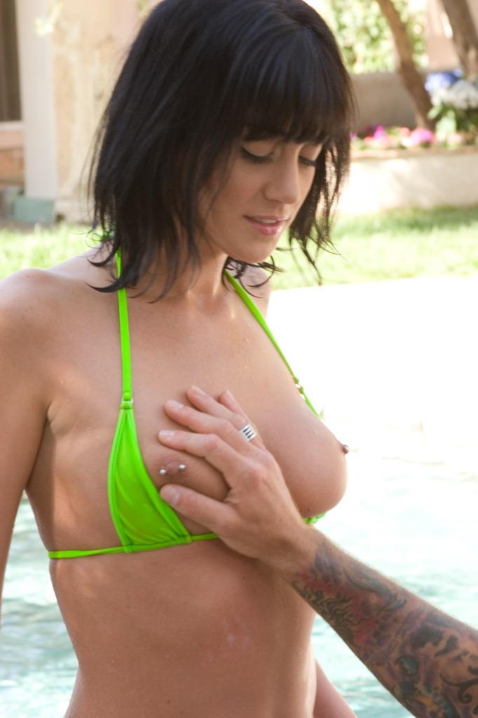 Нимфа-брюнетка Kayden Faye заводит юношу на грубый оральный секс на свежем воздухе