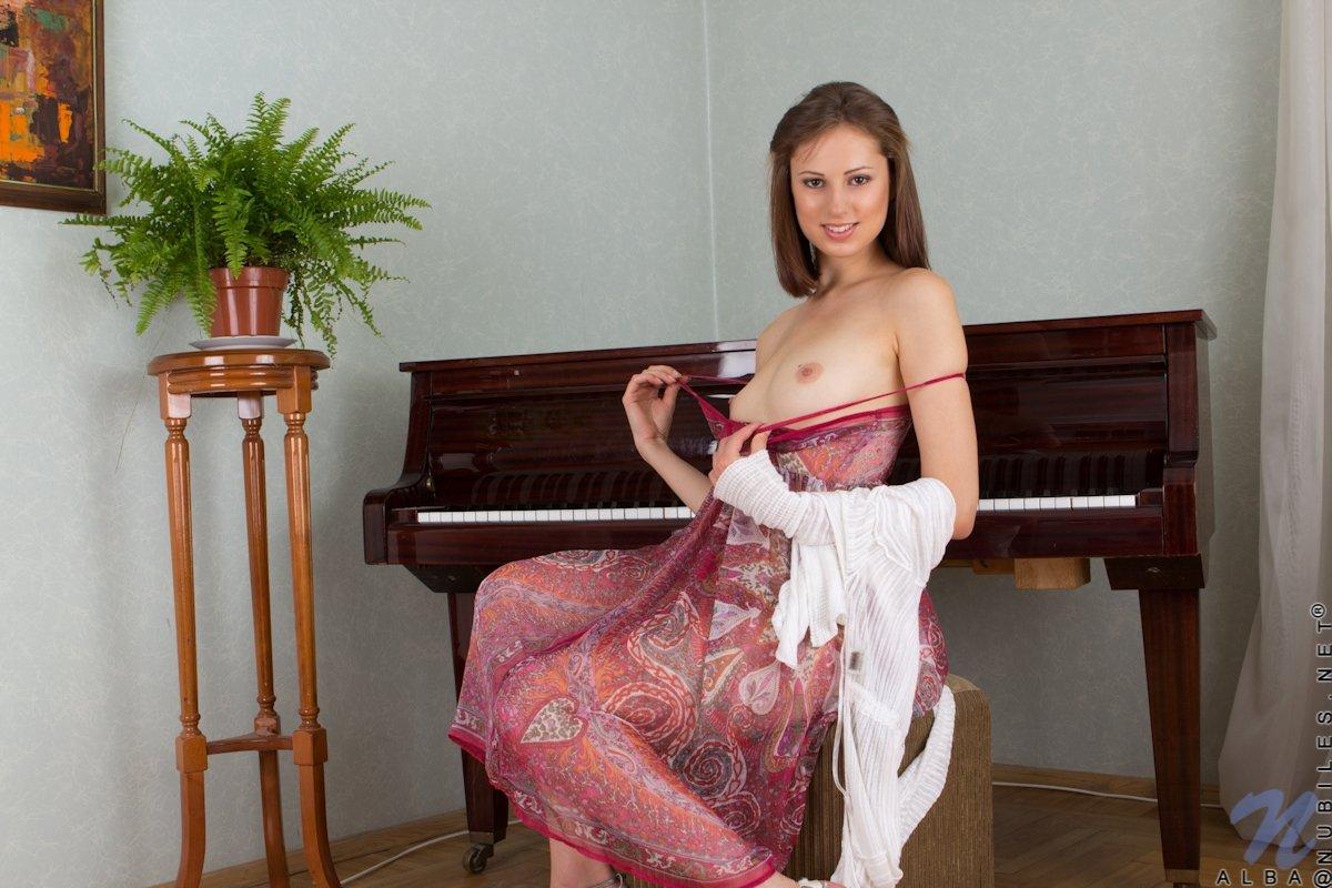 Щуплая няшка разложилась на пианино опустив с себя тонги демонстрирует пизду