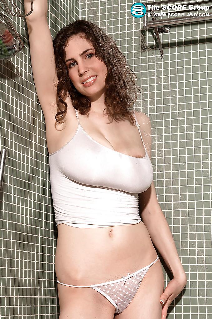 Красоточка Lillian Faye обнажает большие сисяндры во время приема душа