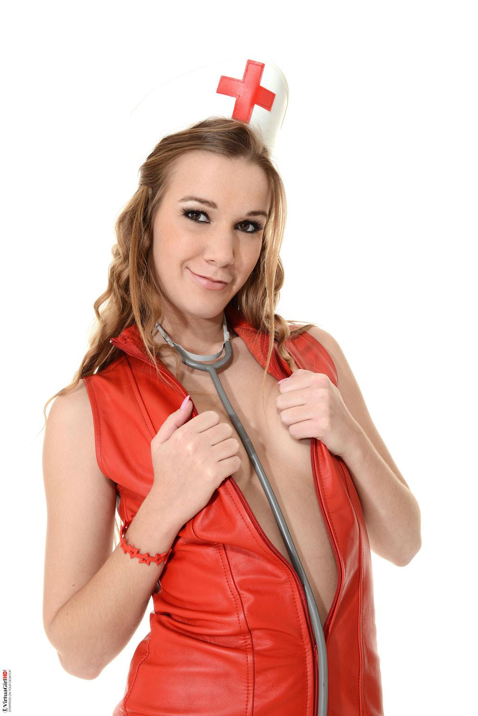 Страстная мадам фантазирует в одежде медсестрички