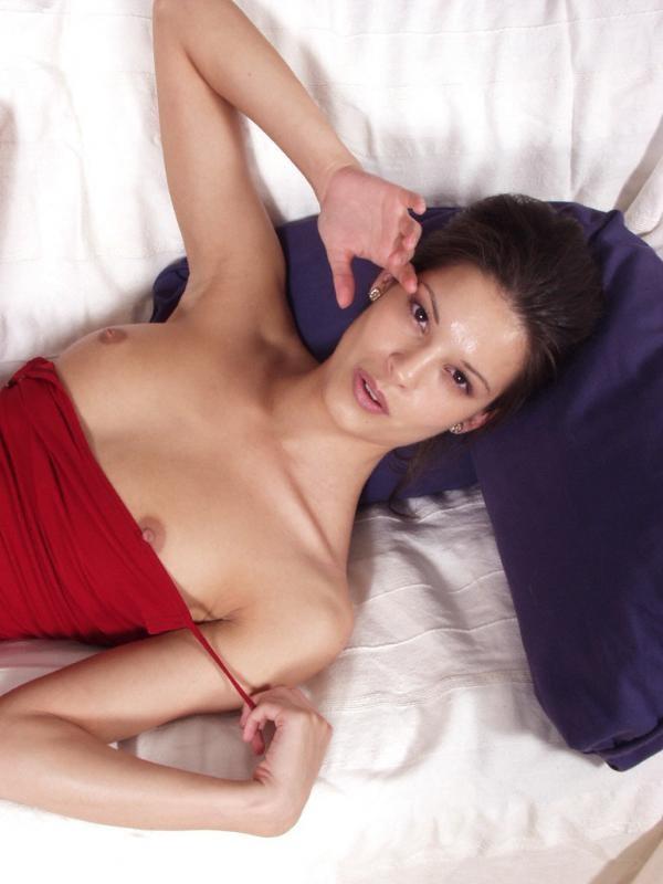 Брюнетка сняла красное платье и красные бикини лежа на диванчике