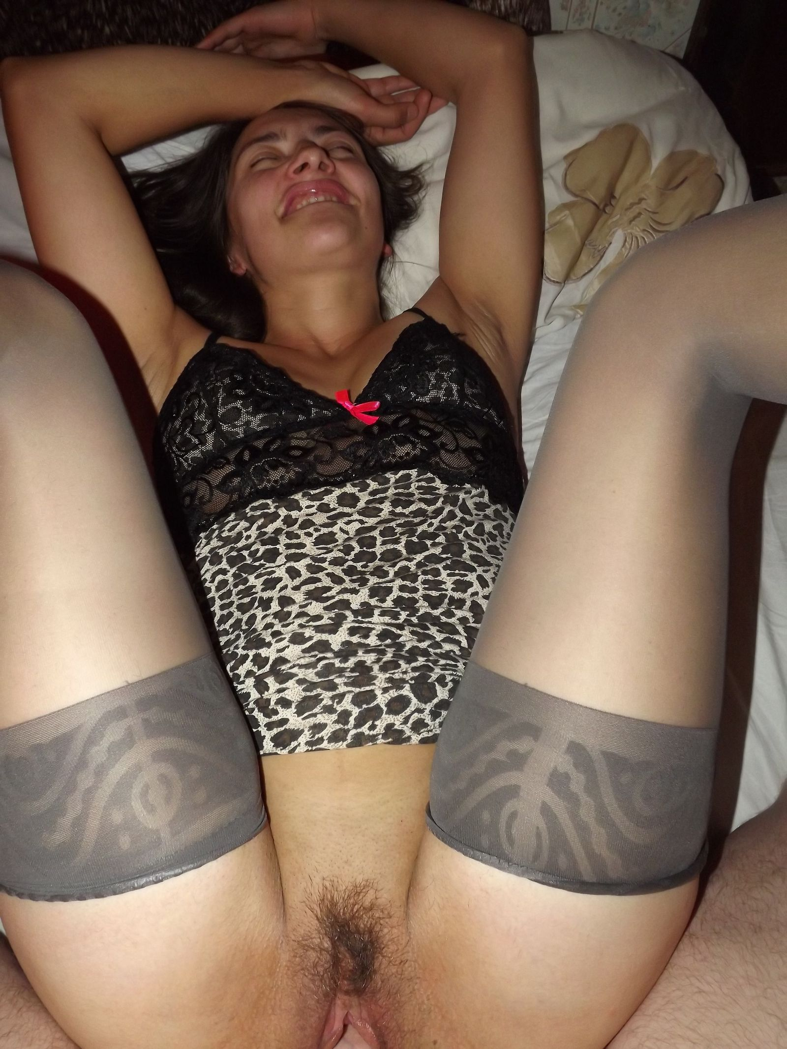 Девка раскрывает перед всеми ноги и демонстрирует лохматую киску, слегка стесняясь