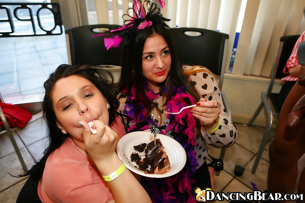 Пьяные чики отсасывают стриптизера на вечеринке