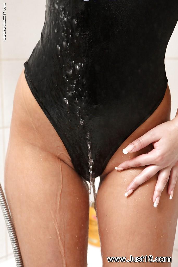 Светлая порноактриса самоудовлетворяется в душевой фото порно