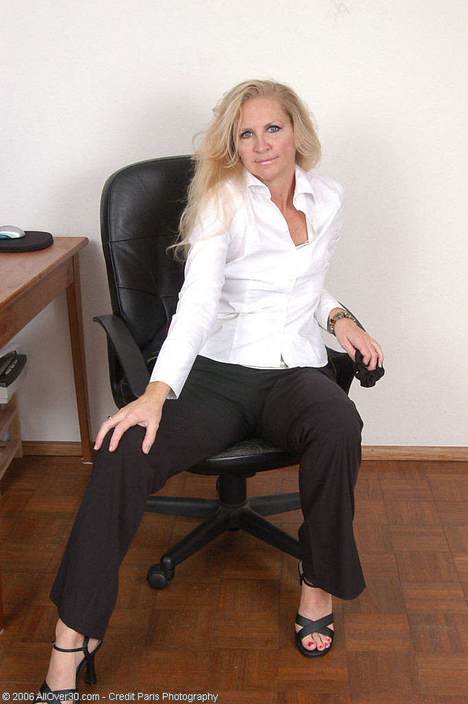 Немолодая Кэтлин обнажилась в кабинете