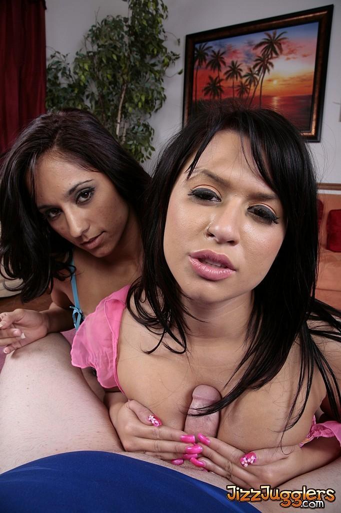 Ева и Ангелина, как две послушные проститутки отсосали мужчине и разделили между собой его сперму