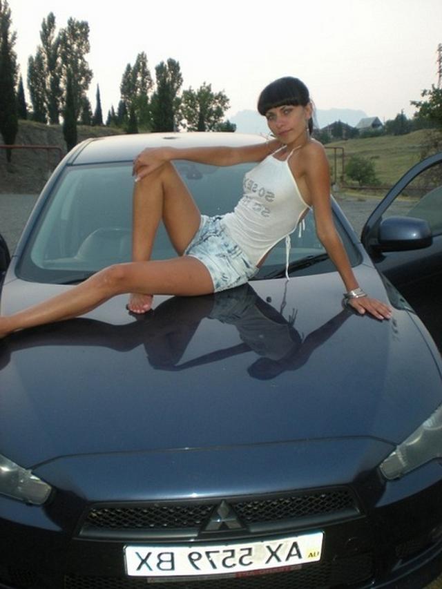 Эротичные голые тёлки около авто
