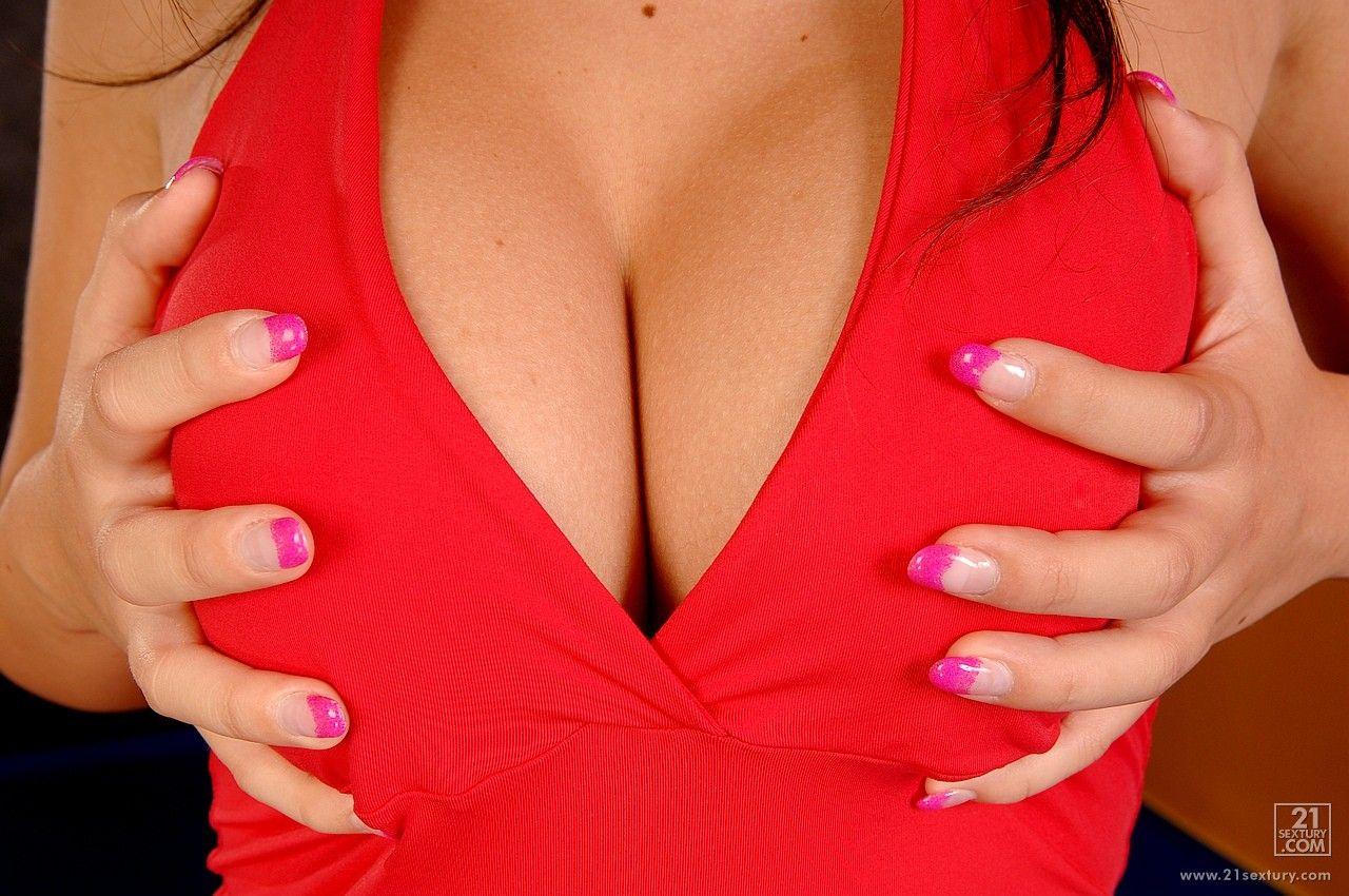 Angel Kiss спускает свое свое красное платье и светлые трустки