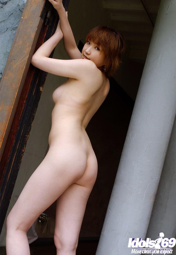 Щуплая азиаточка снимает лифчик и обнажает мохнатую письку перед камерой