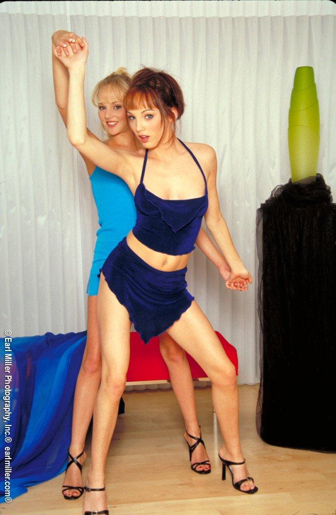 Лесби Lily Ann и Чарли Лейн снимают одежду и позируют с узкими щелками друг друга