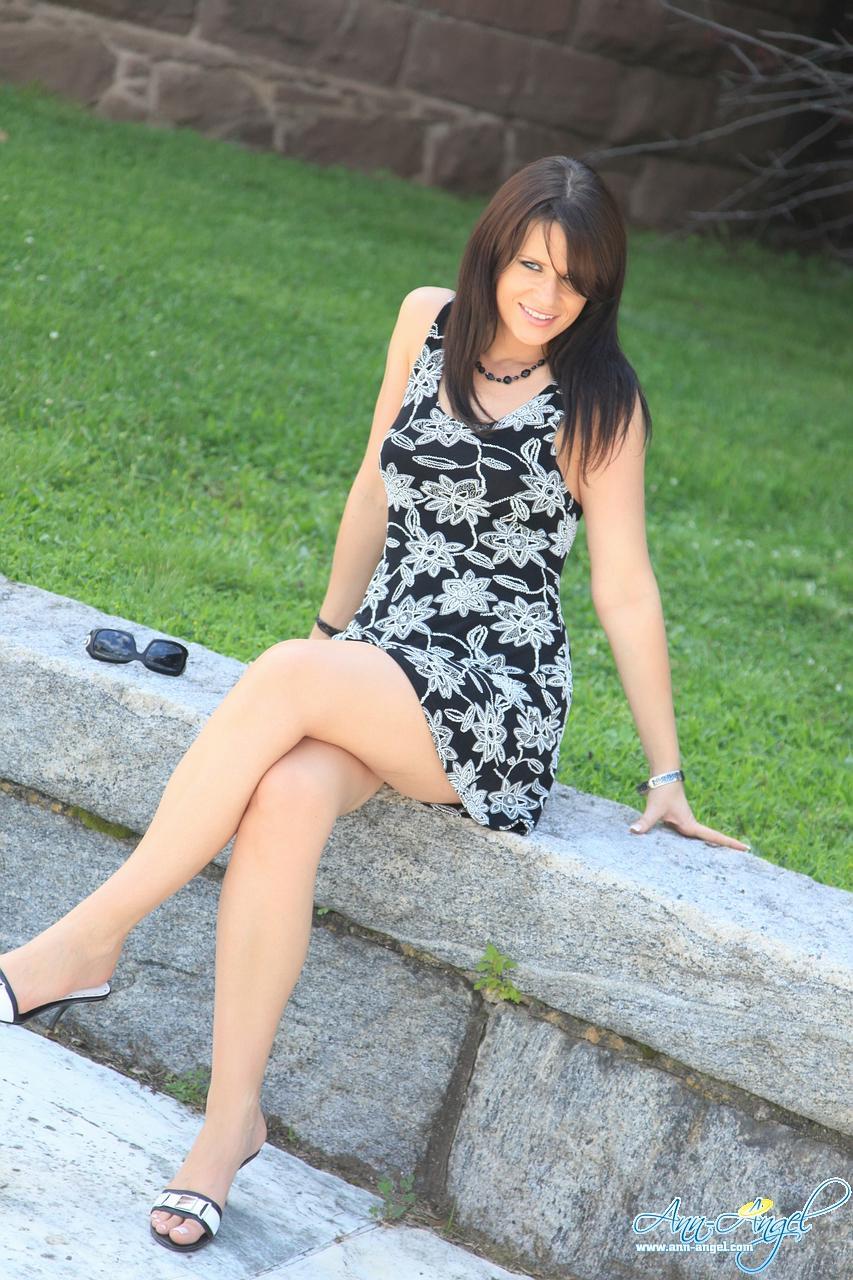 Ann Angel в миниатюрно маленькой летней одежде демонстрирует ноги и засвечивает тонги в саду