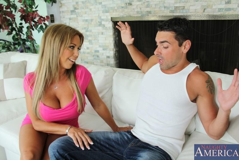 Негодная мамаша с гигантской грудью Amber Lynn берет в рот хер ротиком и пилоткой