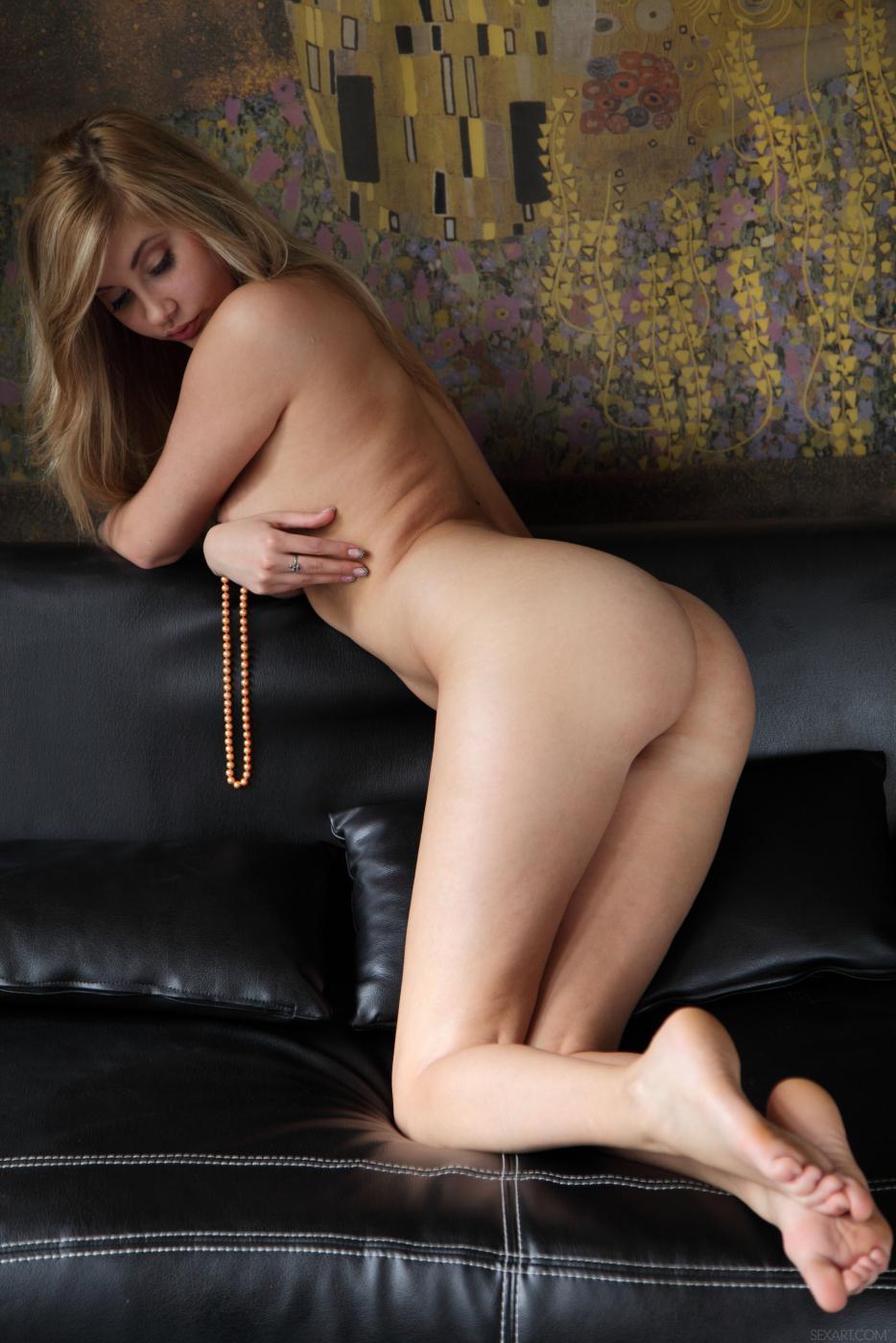 Игривая и классная блондиночка Holly Anderson разводит длинные ноги и массирует себя