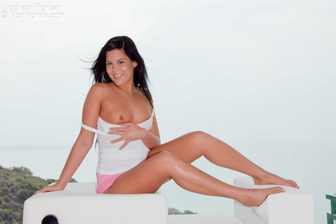 Красотка Madison Parker в светлом топе и розовых стрингах