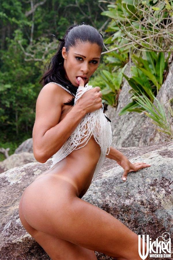 Ласковая девушка латинской внешности Emanuelle Diniz у моря разводит ноги в обнаженном виде