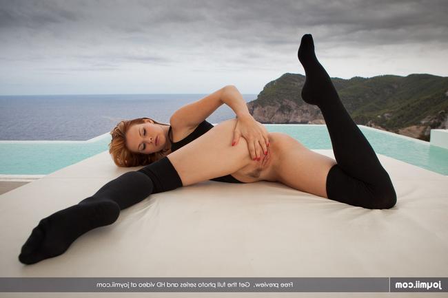 Tarra ублажает сама себя порнофото