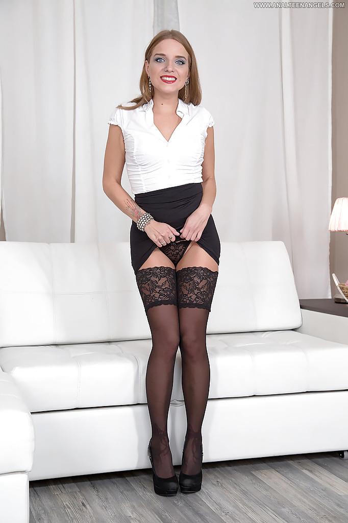 Шалашовка в носках задрала платье и показала классную сраку фото порно