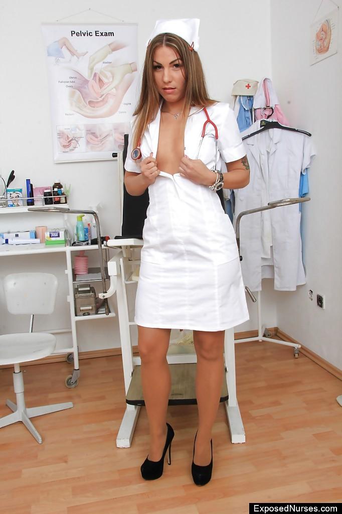 Страстная санитарка поимела себя в кабинете
